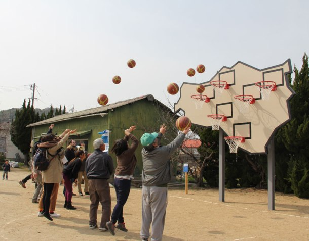 A whole crowd of players shoots hoops simultaneously.